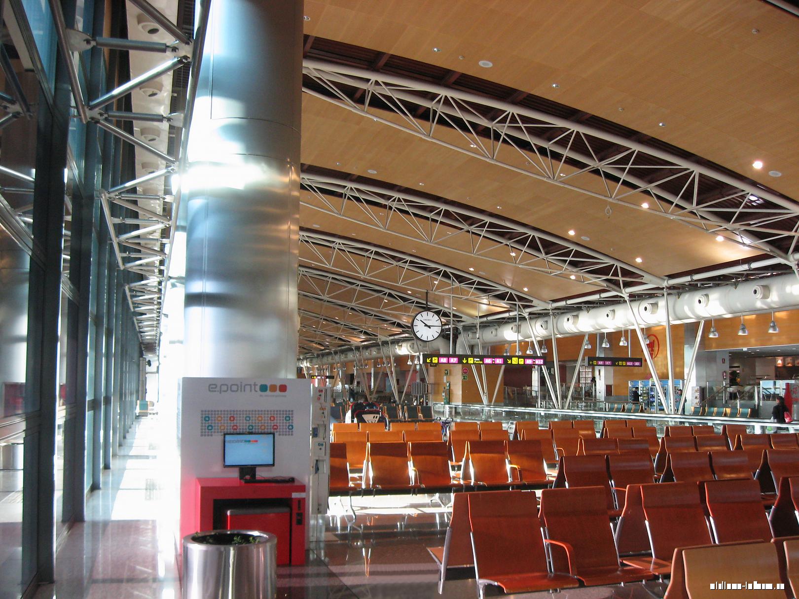 Зона вылетов А в терминале 1 аэропорта Мадрид Барахас