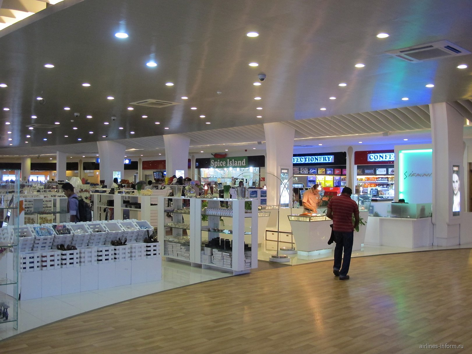 Галерея магазинов в аэропорту Мале