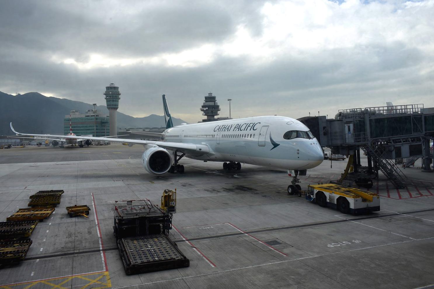 Airbus A350-900 авиакомпании Cathay Pacific перед взлетом в аэропорту Гонконга