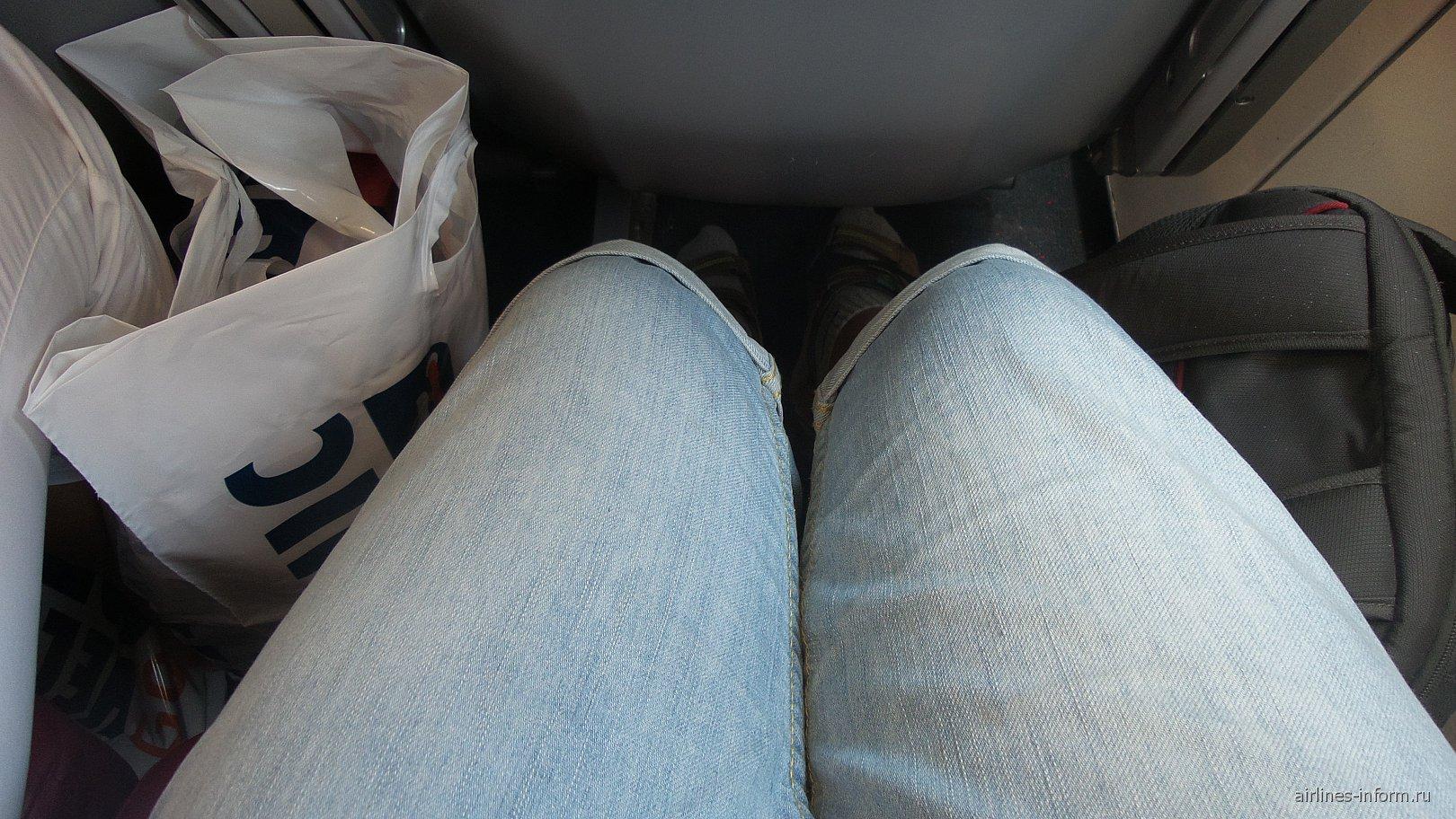 Места для ног достаточно,сидеть удобно.