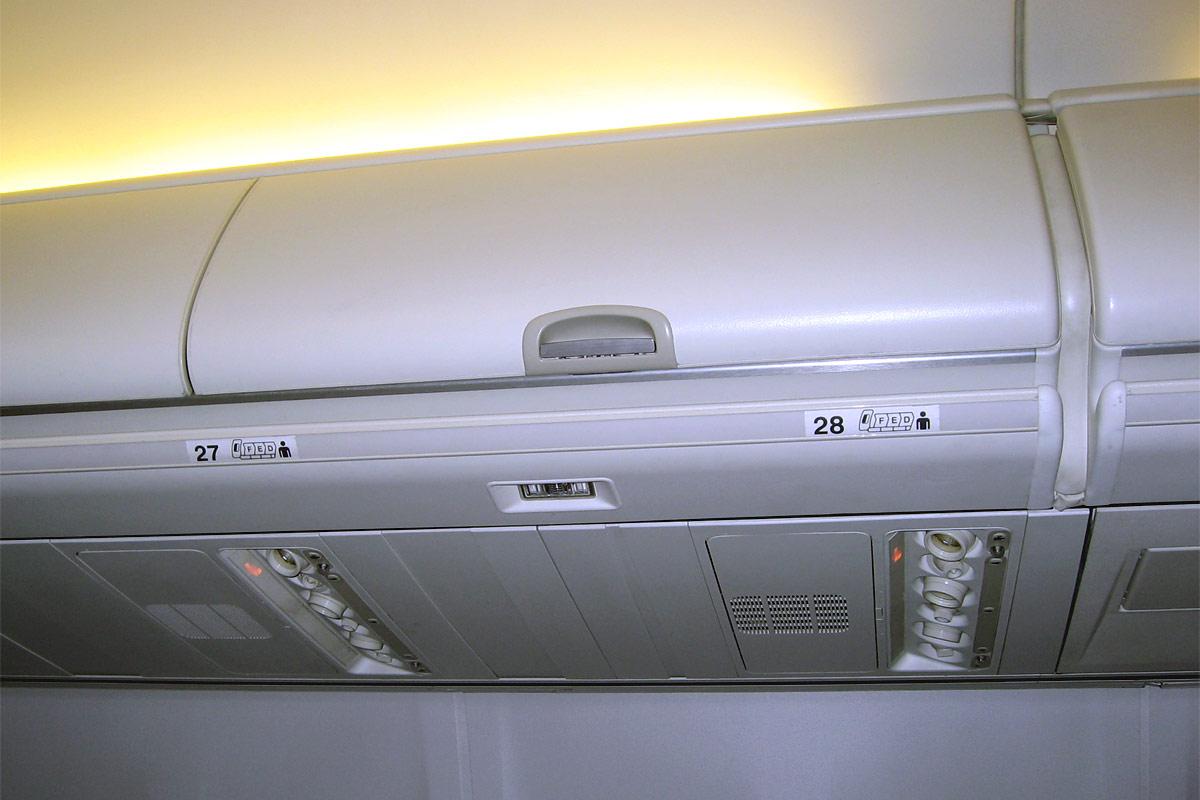 Багажная полка в самолете Боинг-737-800