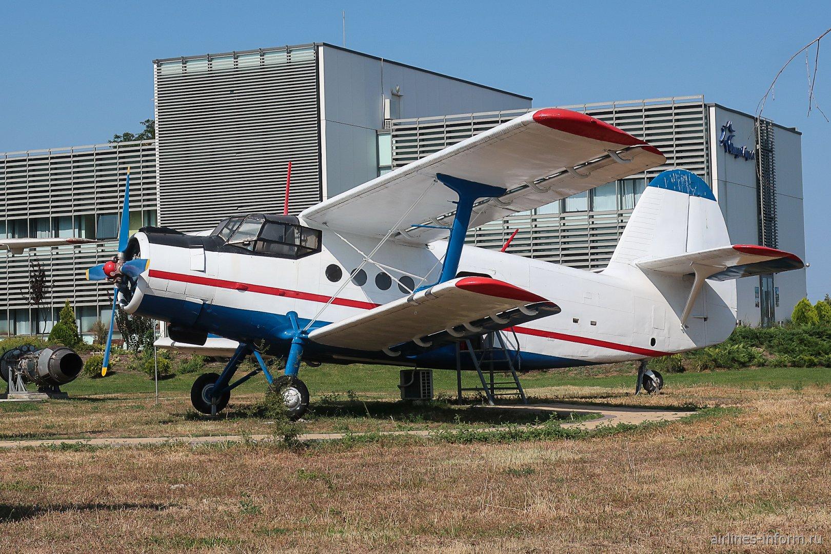 Музейный самолет Ан-2 на фоне дирекции аэропорта Бургас