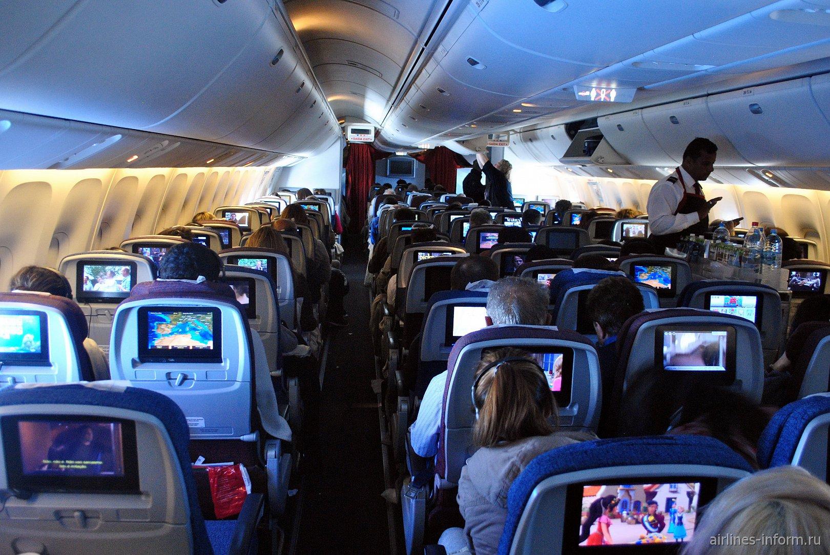 Пассажирский салон в Боинге-767-300 авиакомпании LATAM Brasil