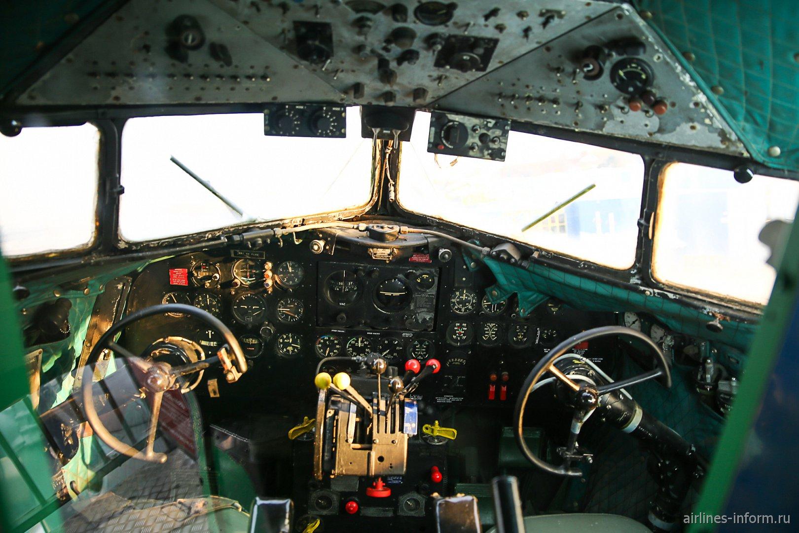Пилотская кабина самолета Дуглас DC-3 в музее техники в Зинсхайме