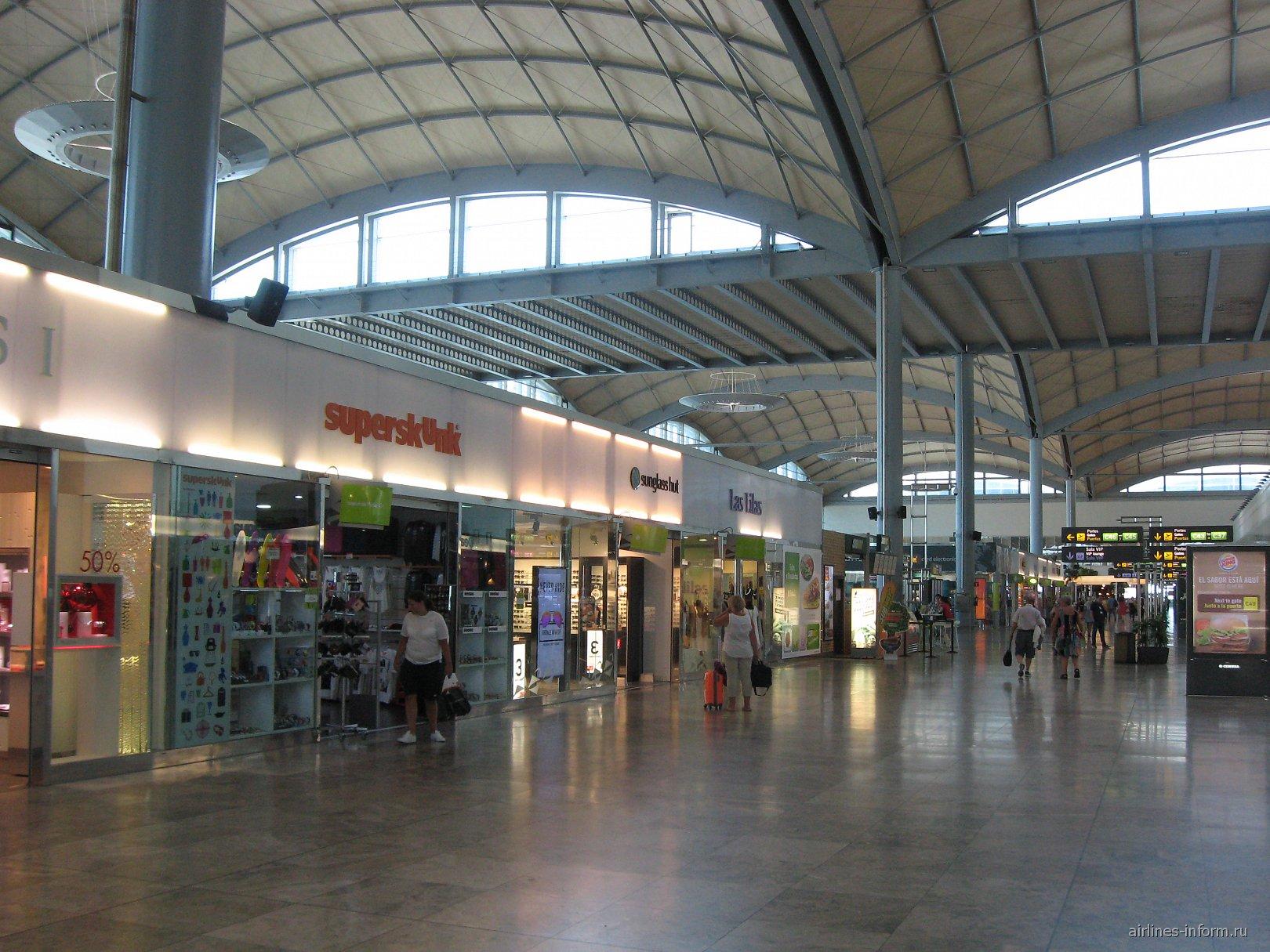 В чистой зоне аэропорта Аликанте