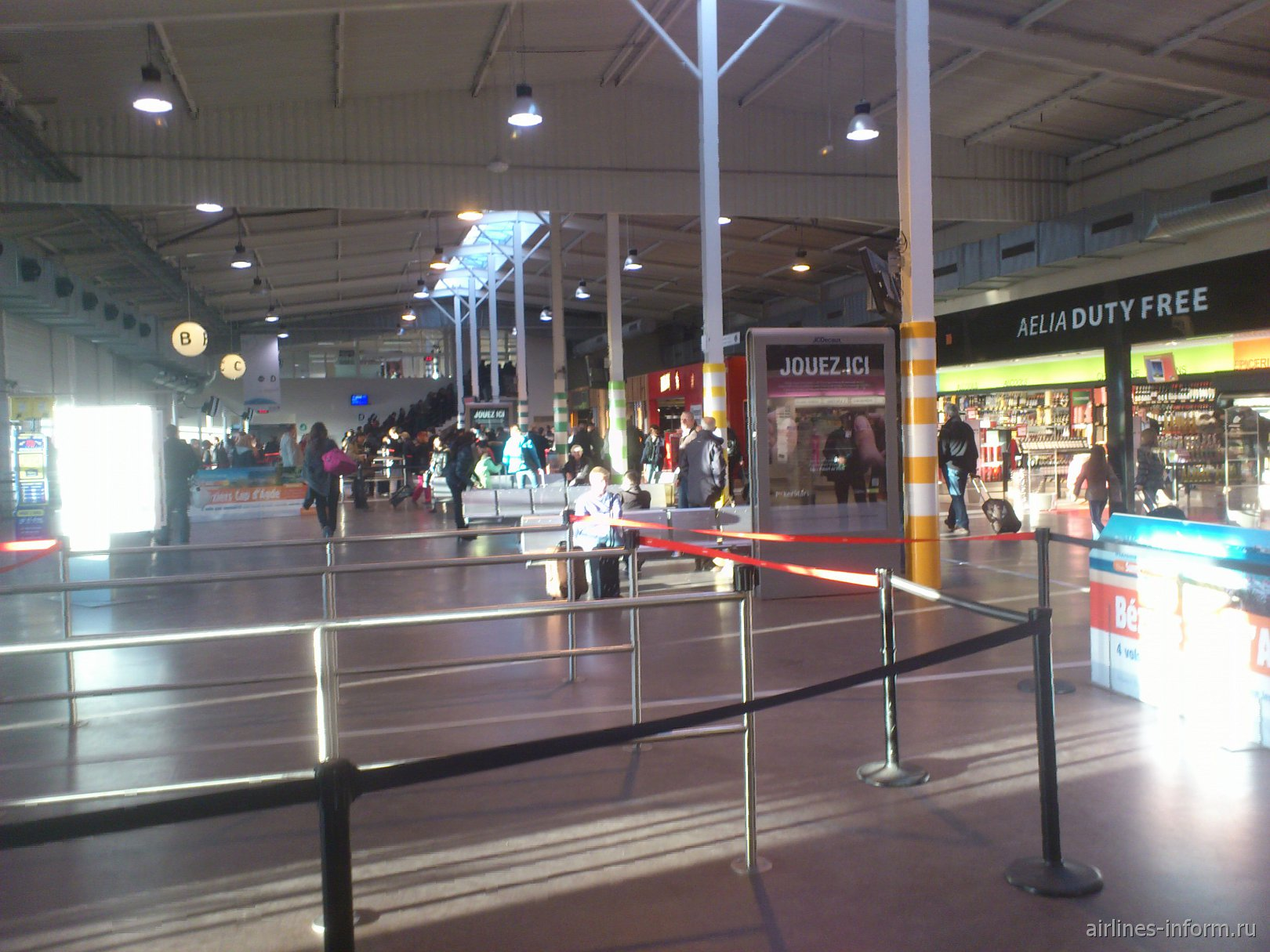 Зал ожидания с выходами на посадку в Терминале 2 аэропорта Париж Бове
