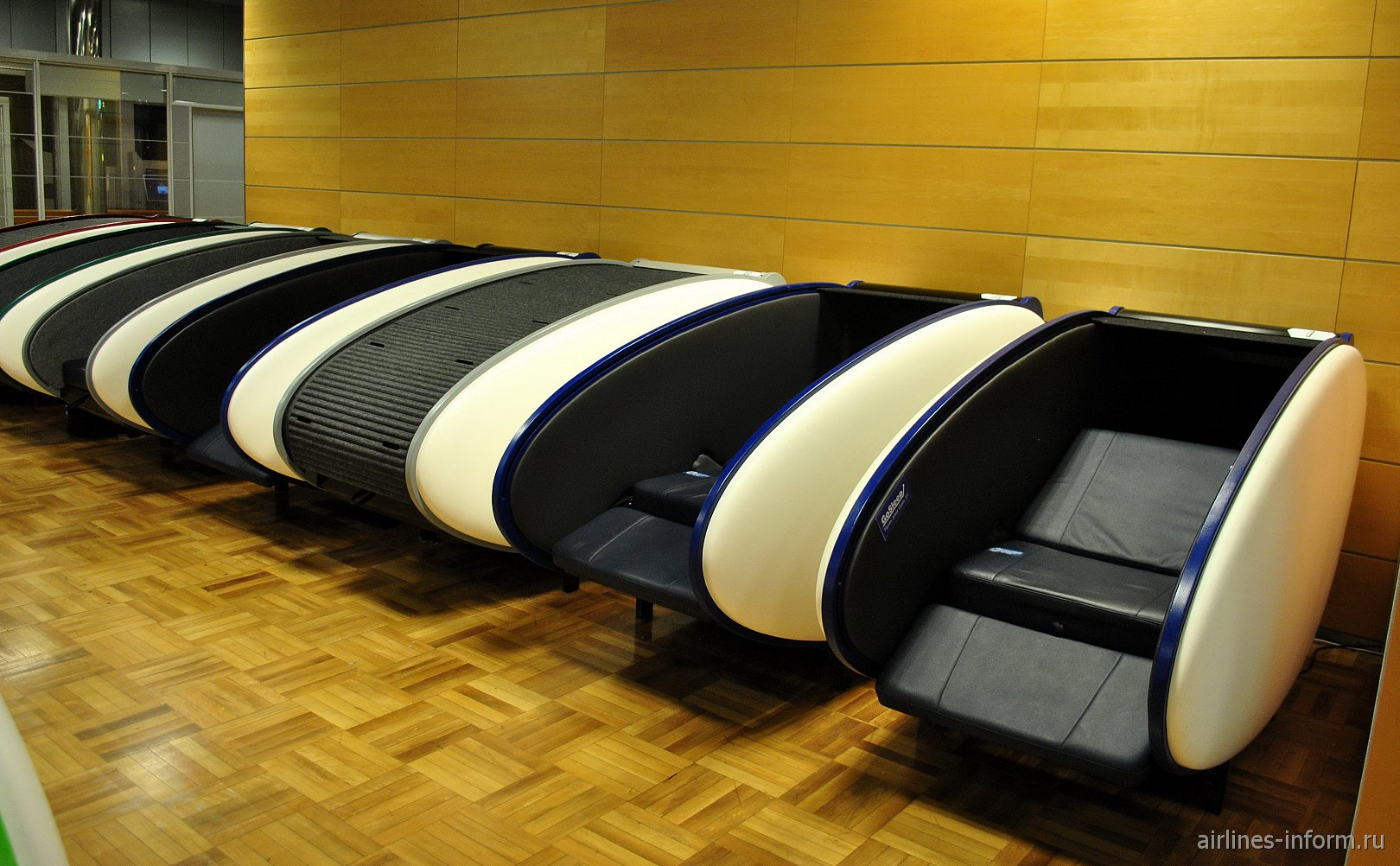 Капсульные спальные места в чистой зоне терминала Т2 аэропорта Хельсинки Вантаа