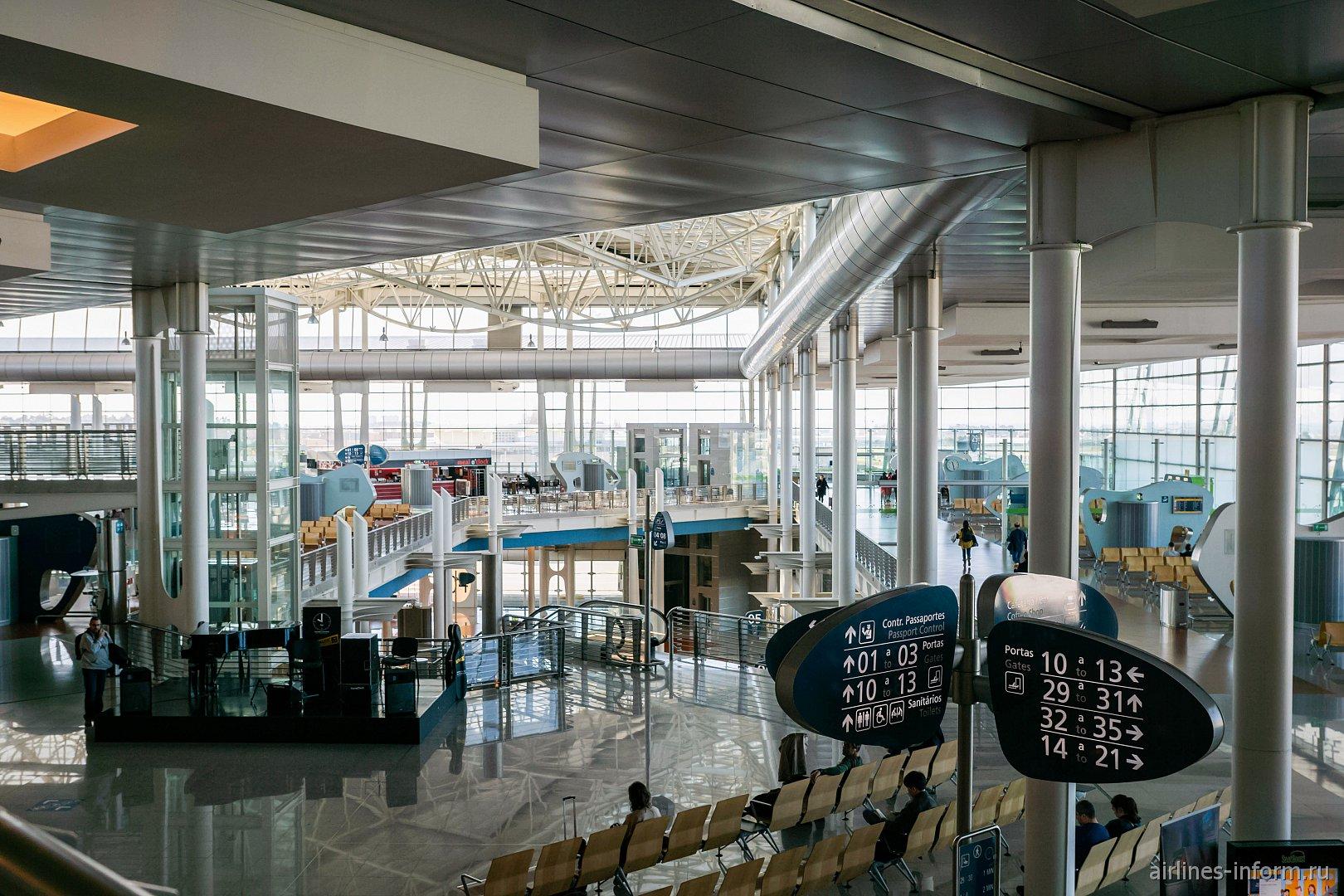 В пассажирском терминале аэропорта Порту имени Франсишку Карнейру