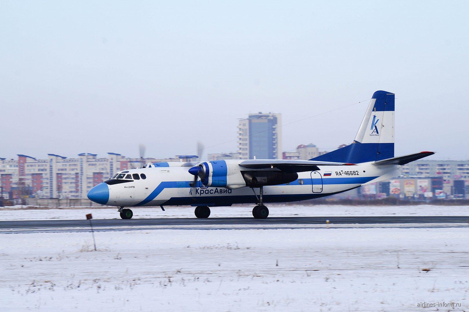 """Самолет Ан-24 RA-46682 авиакомпании """"Красавиа"""" в аэропорту Омска"""
