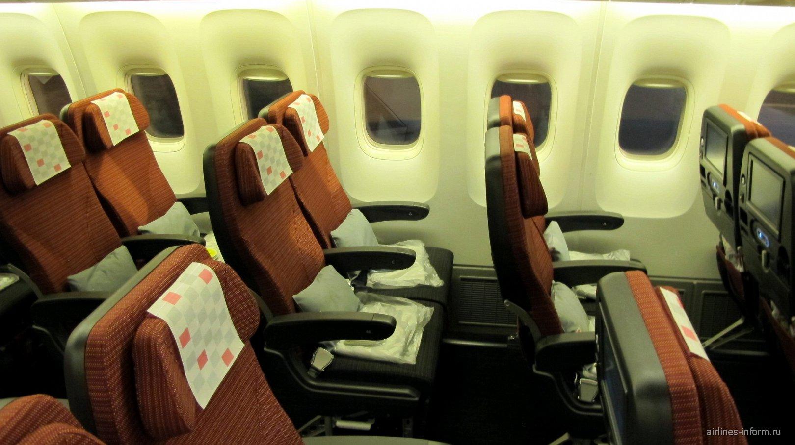 Салон экономического класса JAL Sky Wider в Боинге-767-300 Японских авиалиний