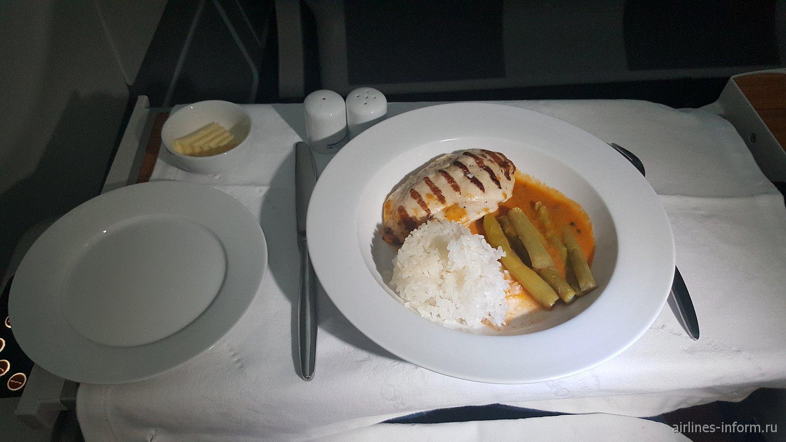 Филе ципленка, маринованное в соусе Тика с припущенной спаржей с рисом Жасмин