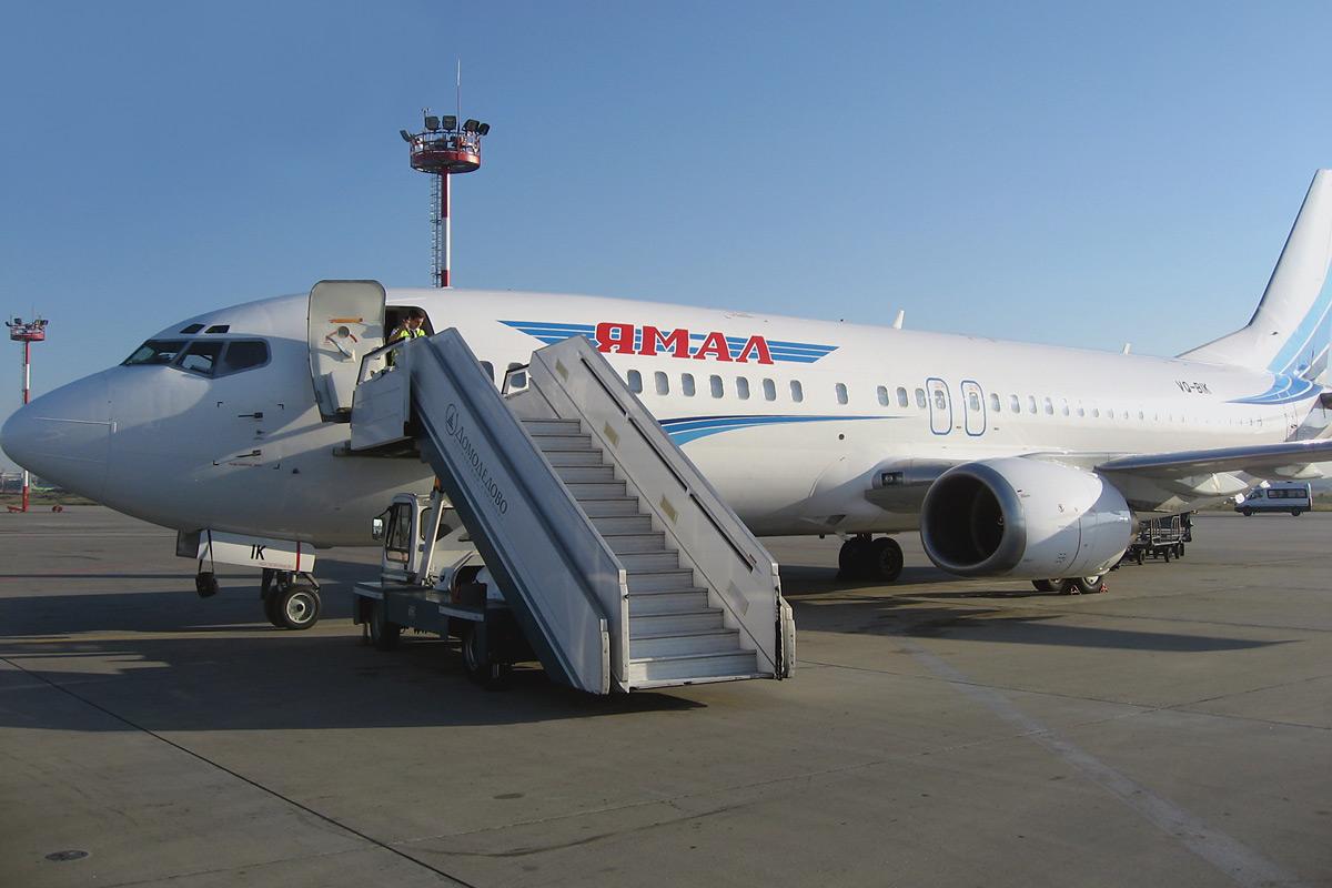 Самолет Боинг-737-400 авиакомпании Ямал в аэропорту Домодедово