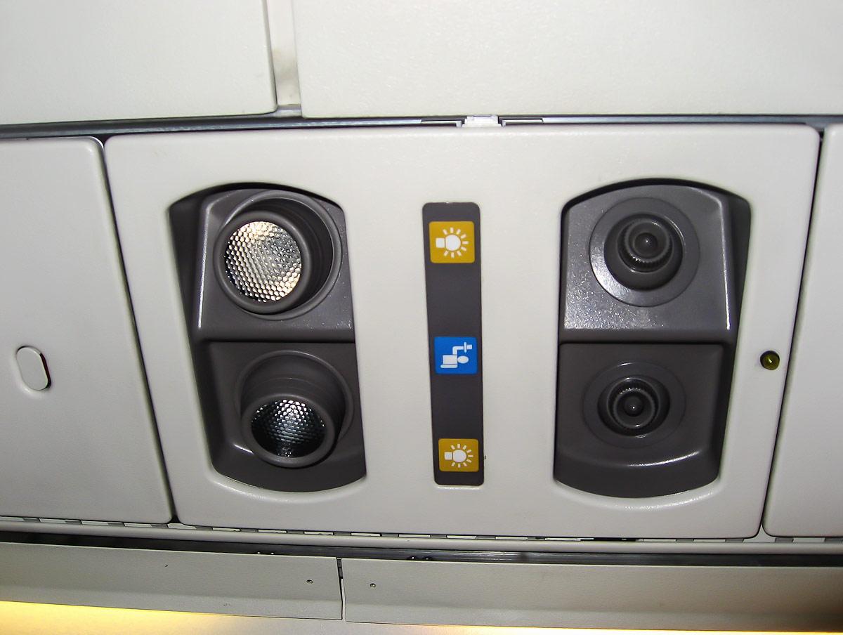Панель на пассажирским креслом в самолете Embraer ERJ140