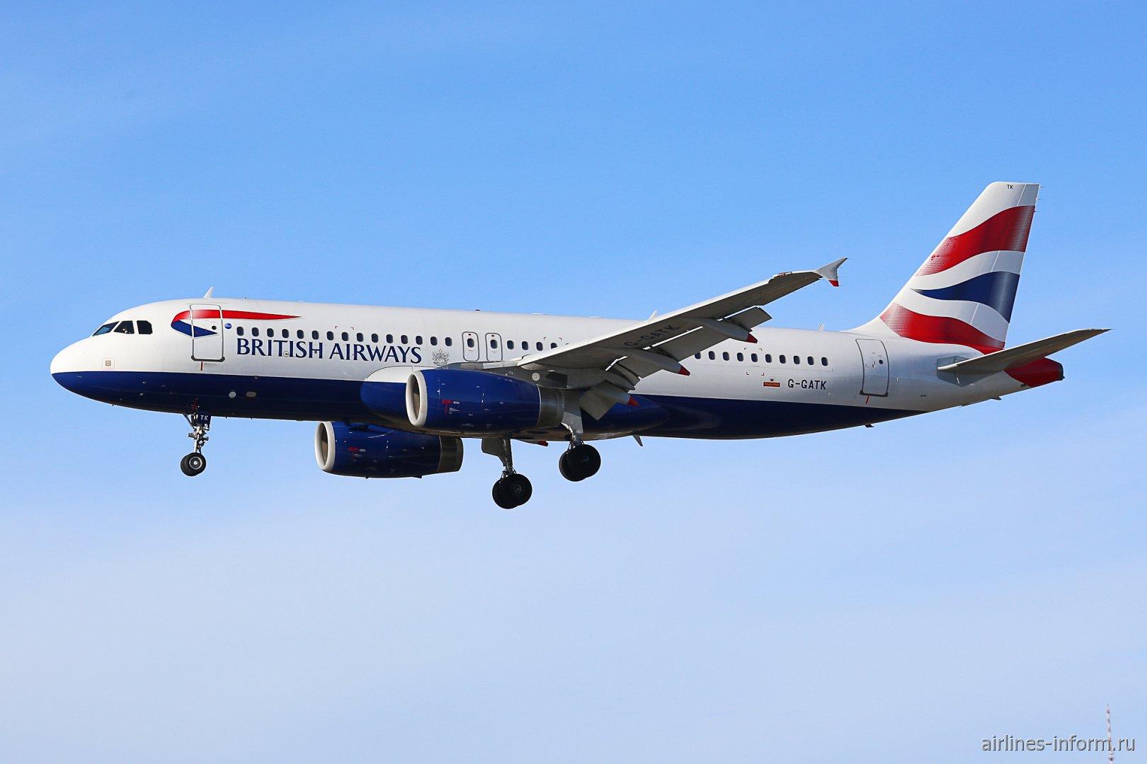 В небе самолет Airbus A320 G-GATK Британских авиалиний