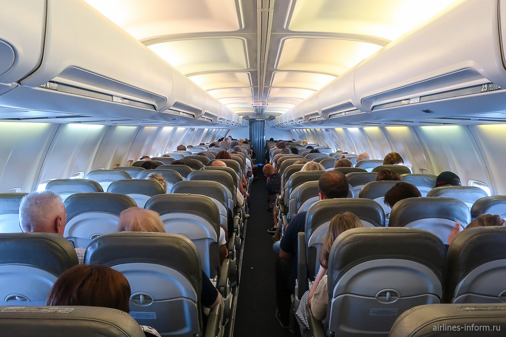 Пассажирский салон самолета Боинг-737-300 авиакомпании Bul Air
