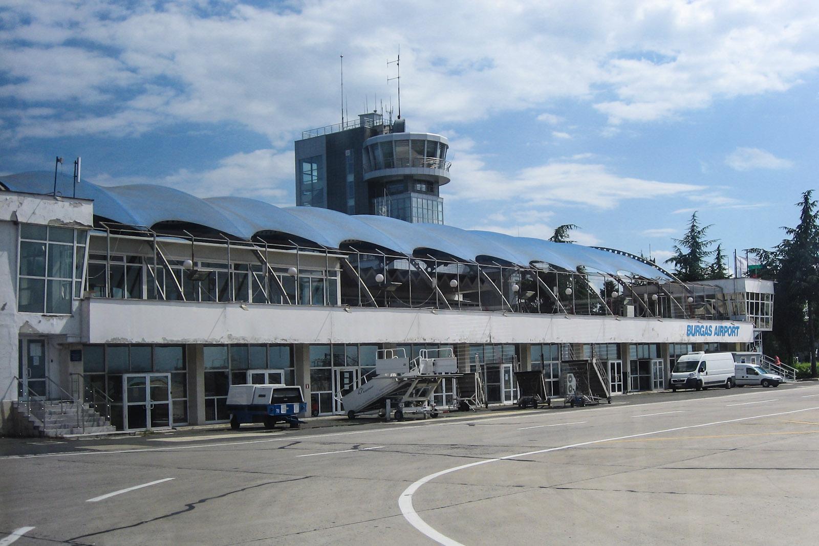 Вид с перрона на старый аэровокзал аэропорта Бургас