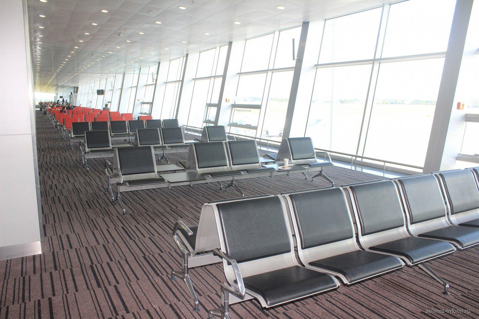 Зал ожидания перед вылетом в чистой зоне Терминала D аэропорта Борисполь