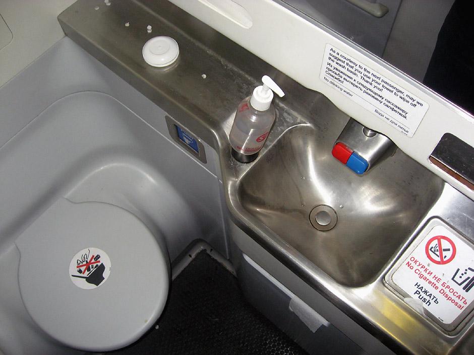 Туалет самолета Боинг-737-800 авиакомпании S7 Airlines/Глобус