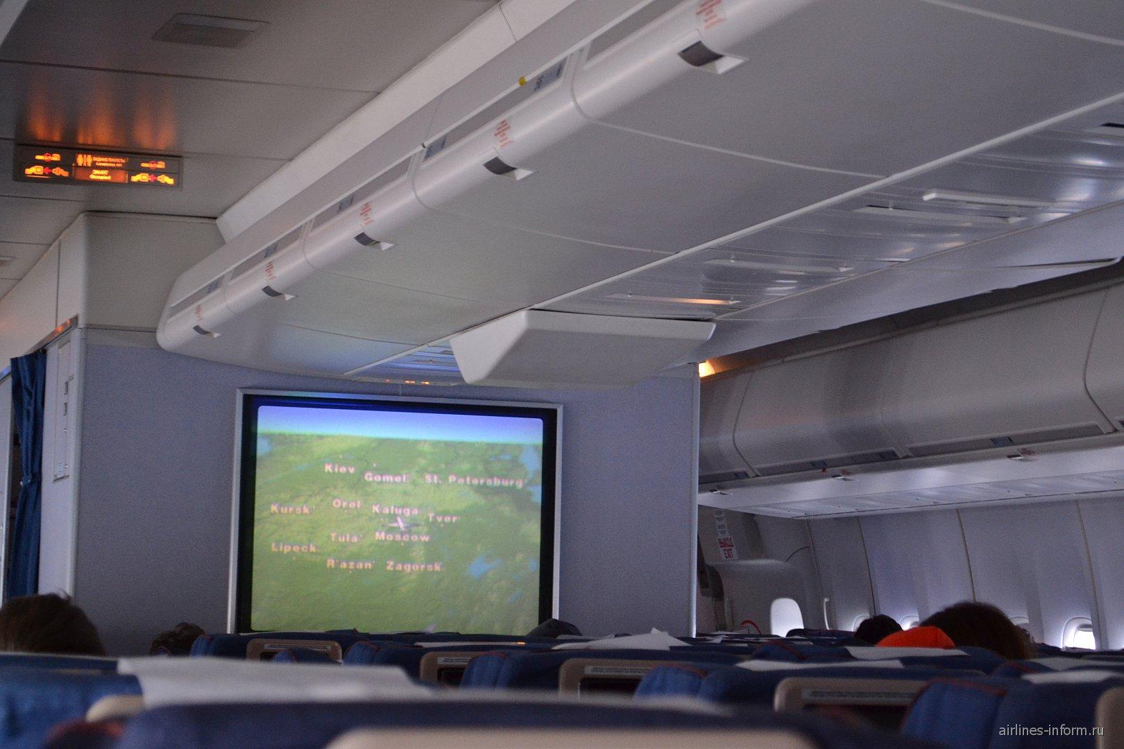"""Проектор в самолете Боинг-747-400 авиакомпании """"Трансаэро"""""""