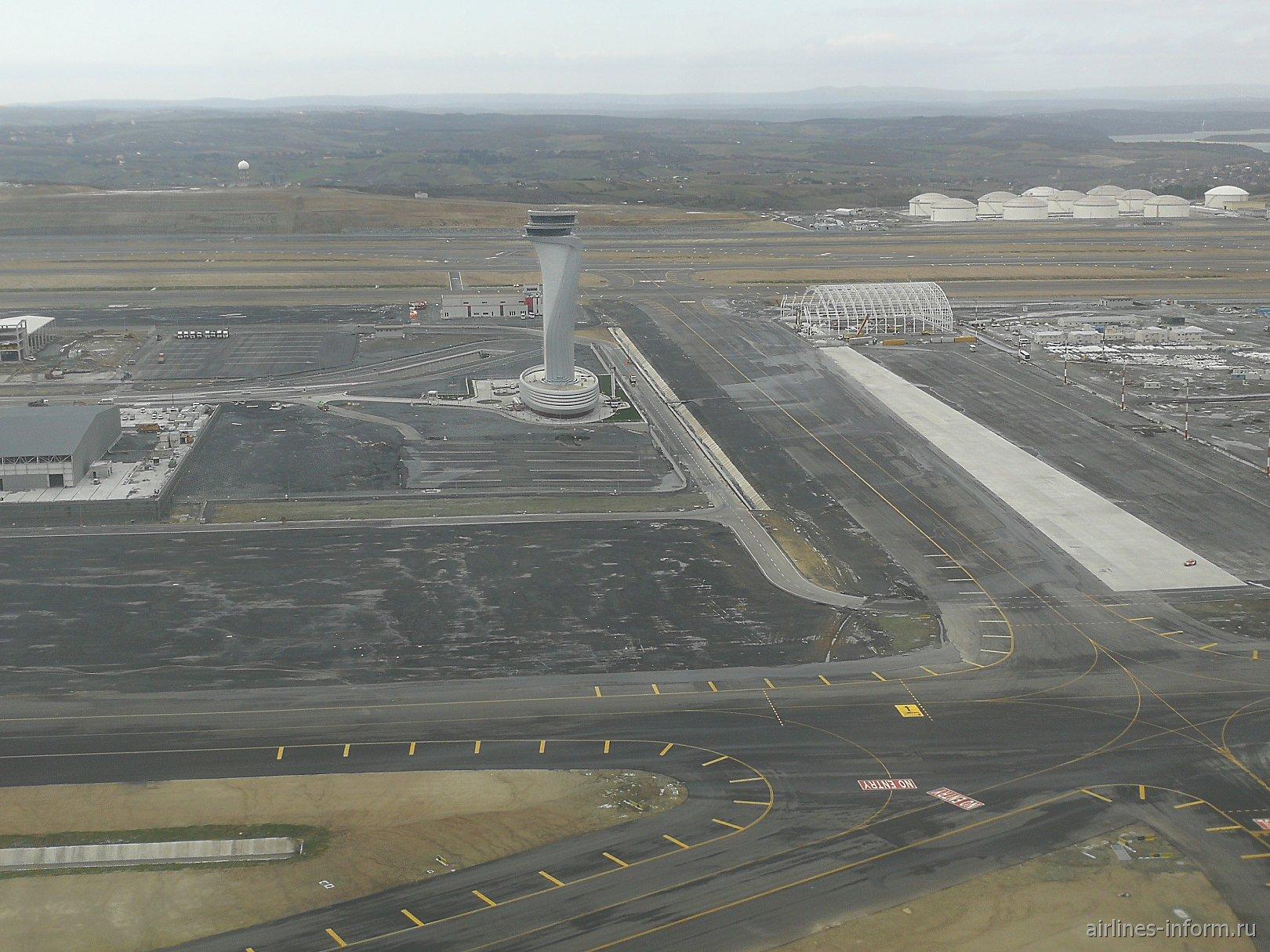 Диспетчерская башня в строящемся новом аэропорту Стамбула