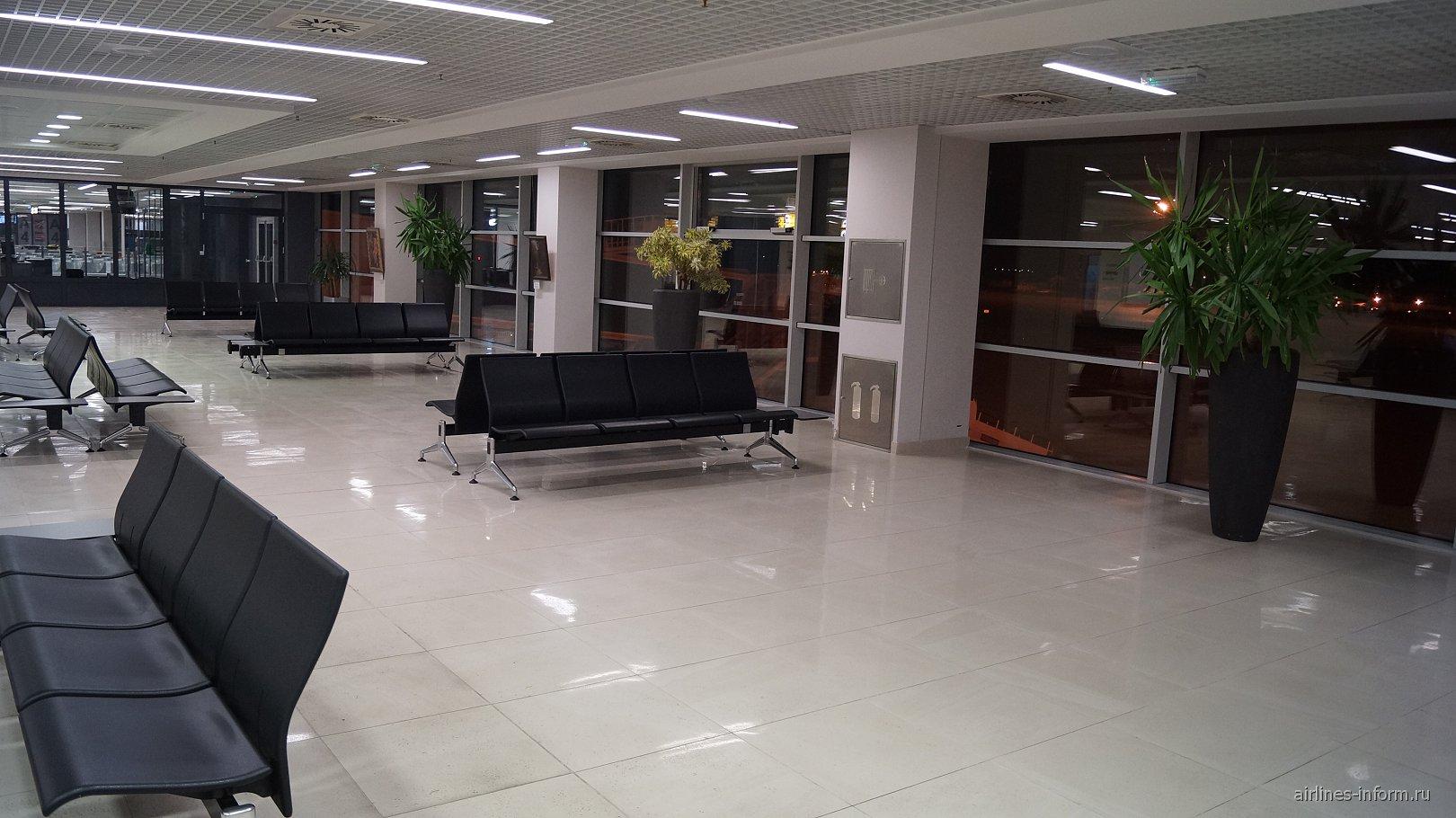 Зал ожидания в чистой зоне терминала 2 аэропорта Белград Никола Тесла