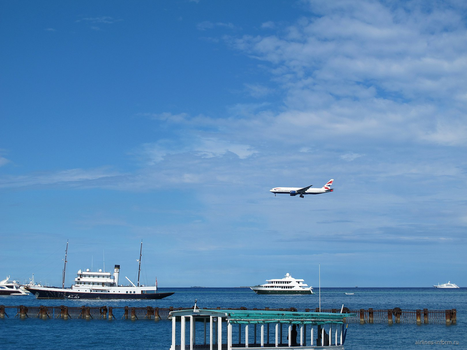 Боинг-777-200 Британских авиалиний заходит на посадку в аэропорт Мале