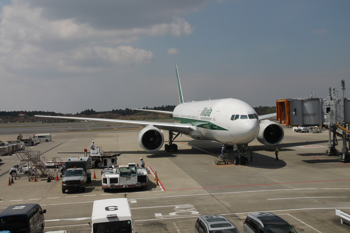 Боинг-777 Алиталия в аэропорту Токио Нарита
