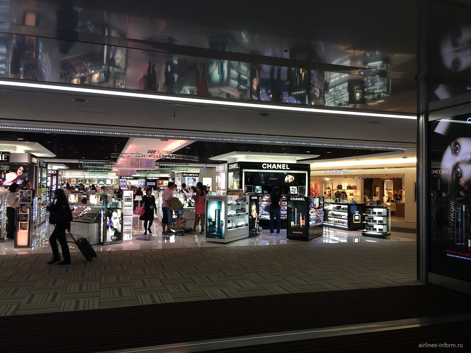 Магазин Duty-Free в терминале 2 аэропорта Токио Нарита