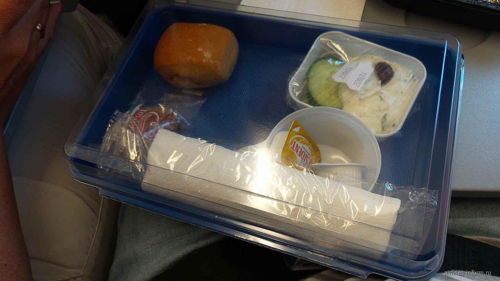 Еда была на выбор: мясо с макаронами,макароны с овощами.Все взяли первый вариант.Сам ланч-бокс на фото.