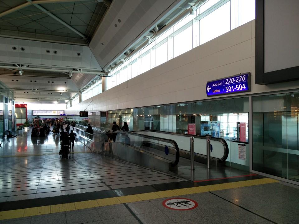 Переход в чистой зоне аэропорта Стамбул Ататюрк