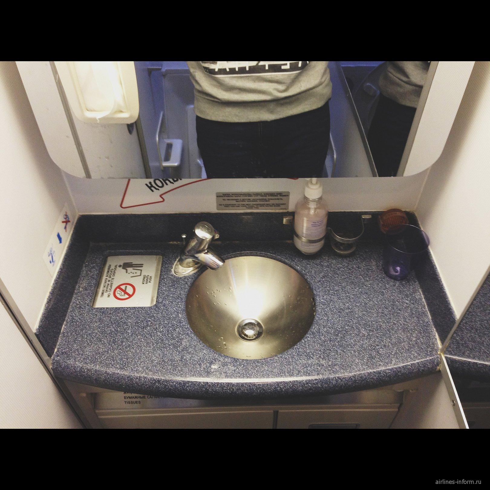 Туалет в самолете Боинг-767-300 авиакомпании Air Astana