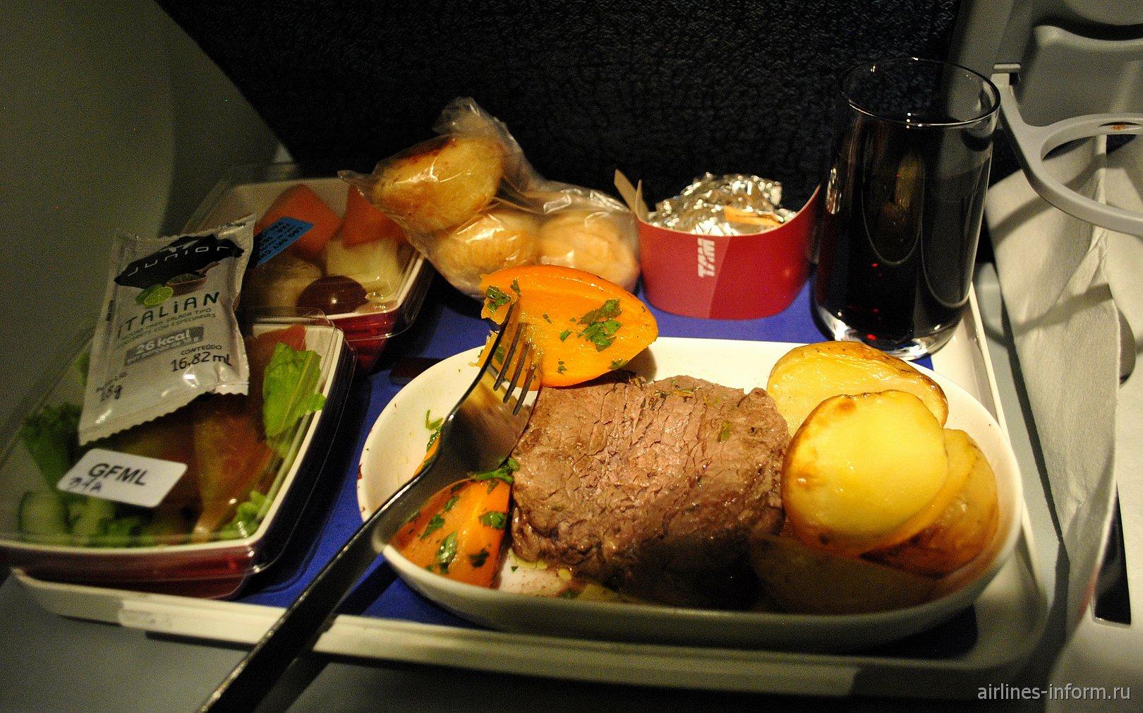 Бортовое питание эконом-класса на рейсе Сан-Паулу-Милан авиакомпании LATAM Brasil