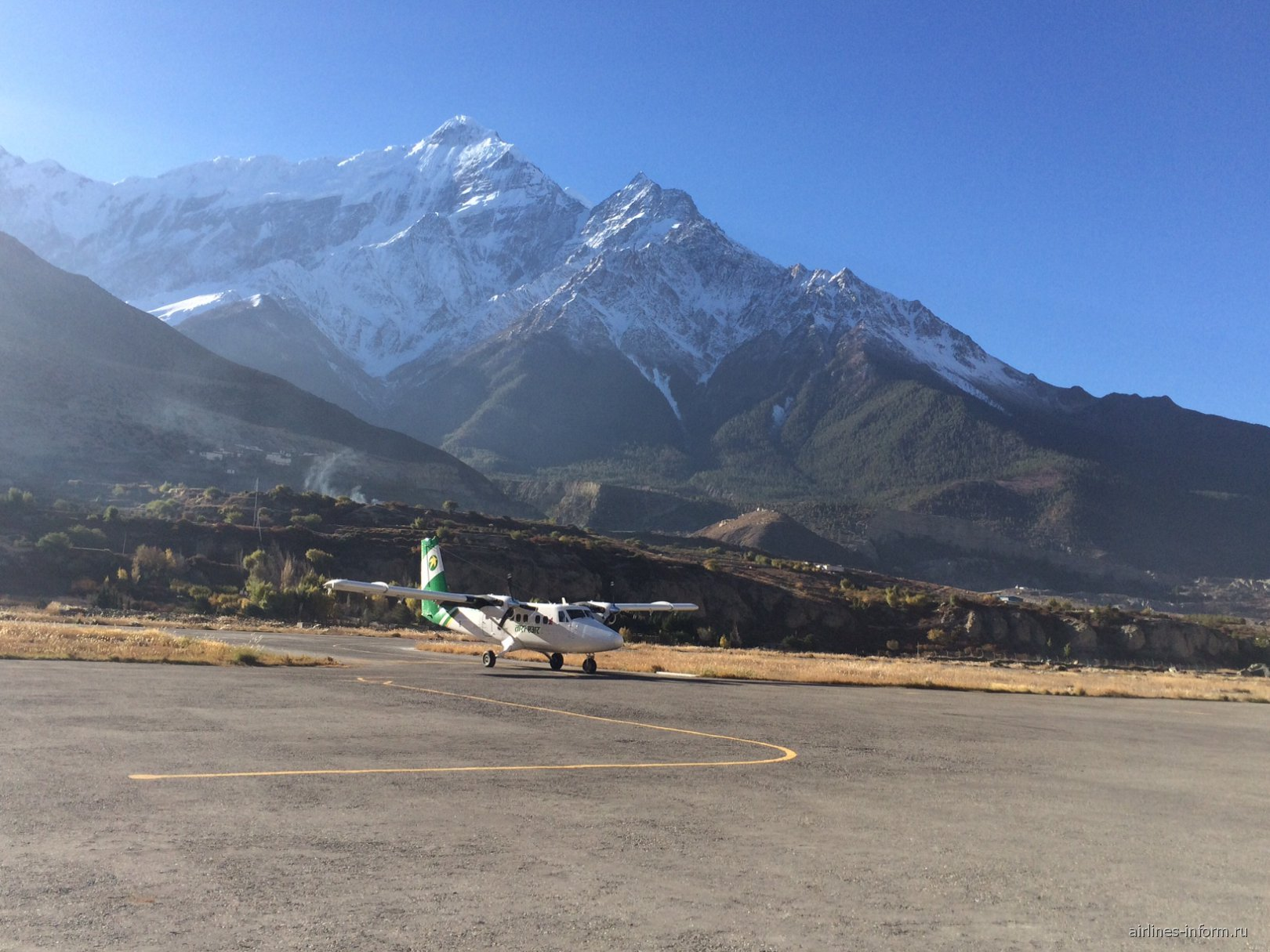 Летное поле аэропорта Джомсом в Непале
