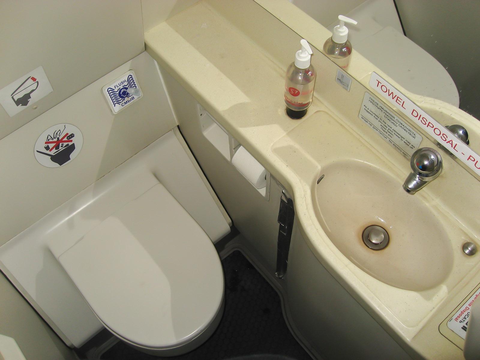 Туалет самолета Airbus A319 авиакомпании S7 Airlines