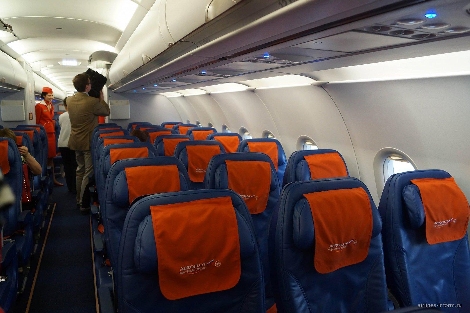 Посадка пассажиров в самолете Airbus A321 Аэрофлота