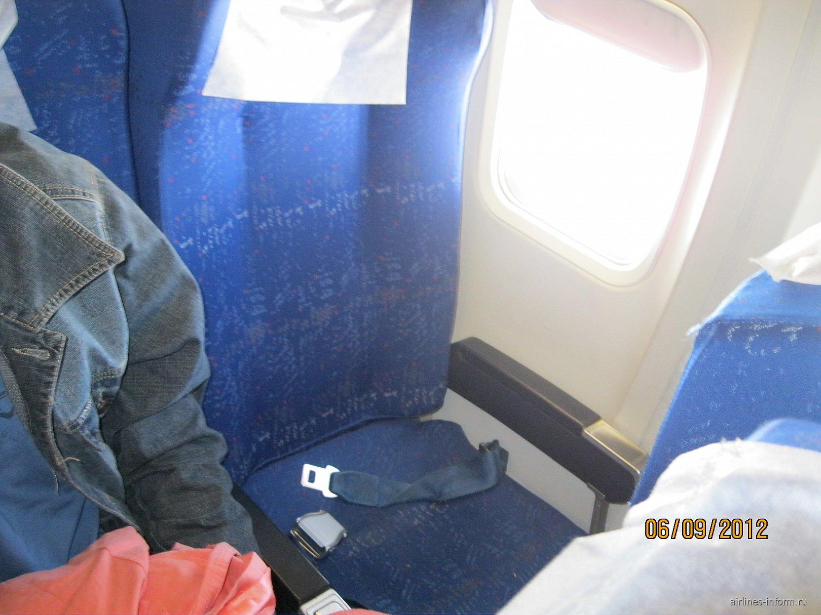 Салон самолета Боинг-737-500 авиакомпании Ямал