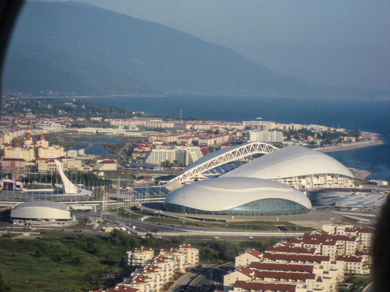 Вид на олимпийский парк Сочи перед посадкой в аэропорту
