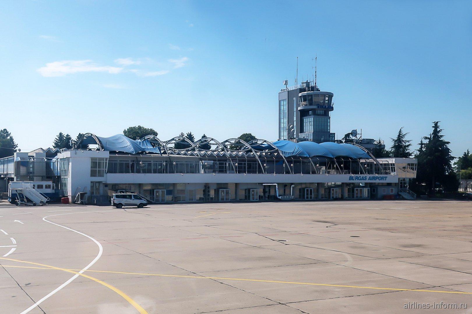 Старый пассажирский терминал и диспетчерская башня аэропорта Бургас
