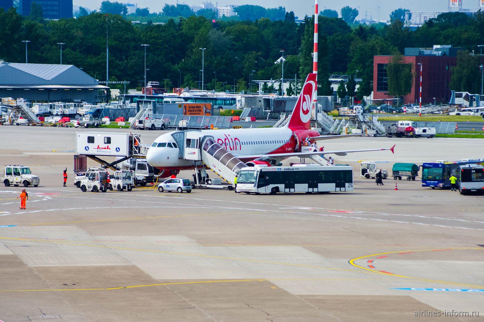 Обслуживание Airbus A320 авиакомпании Air Berlin в аэропорту Дюссельдорфа
