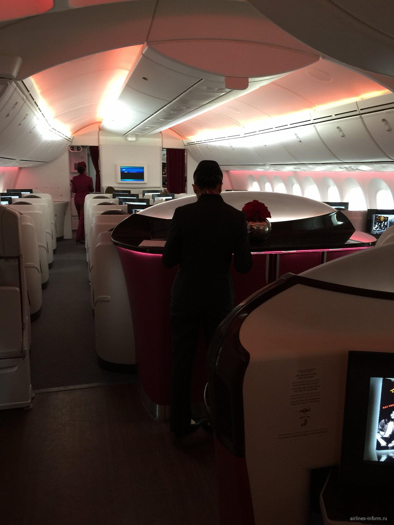 Салон бизнес-класса в самолете Боинг-787-8 Катарских авиалиний