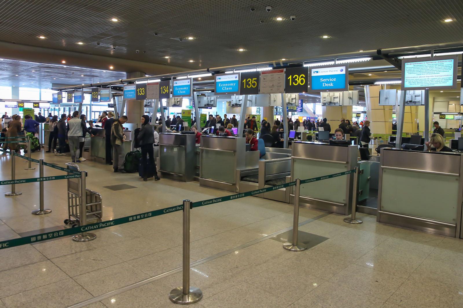 Стойки регистрации в аэропорту Домодедово. Регистрация на рейс Cathay Pacific в Гонконг.
