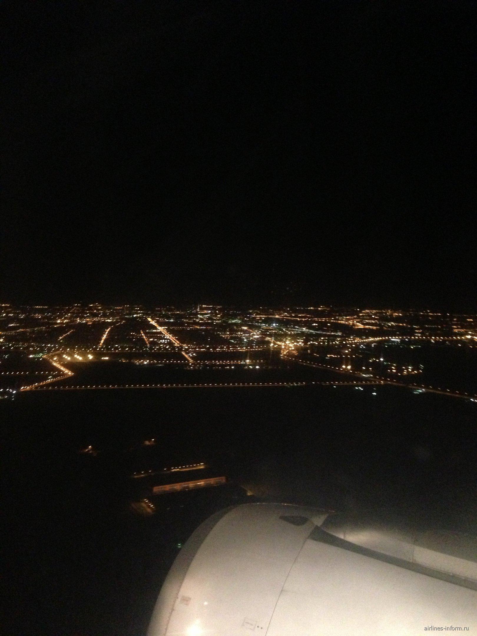 В полете над Санкт-Петербургом ночью