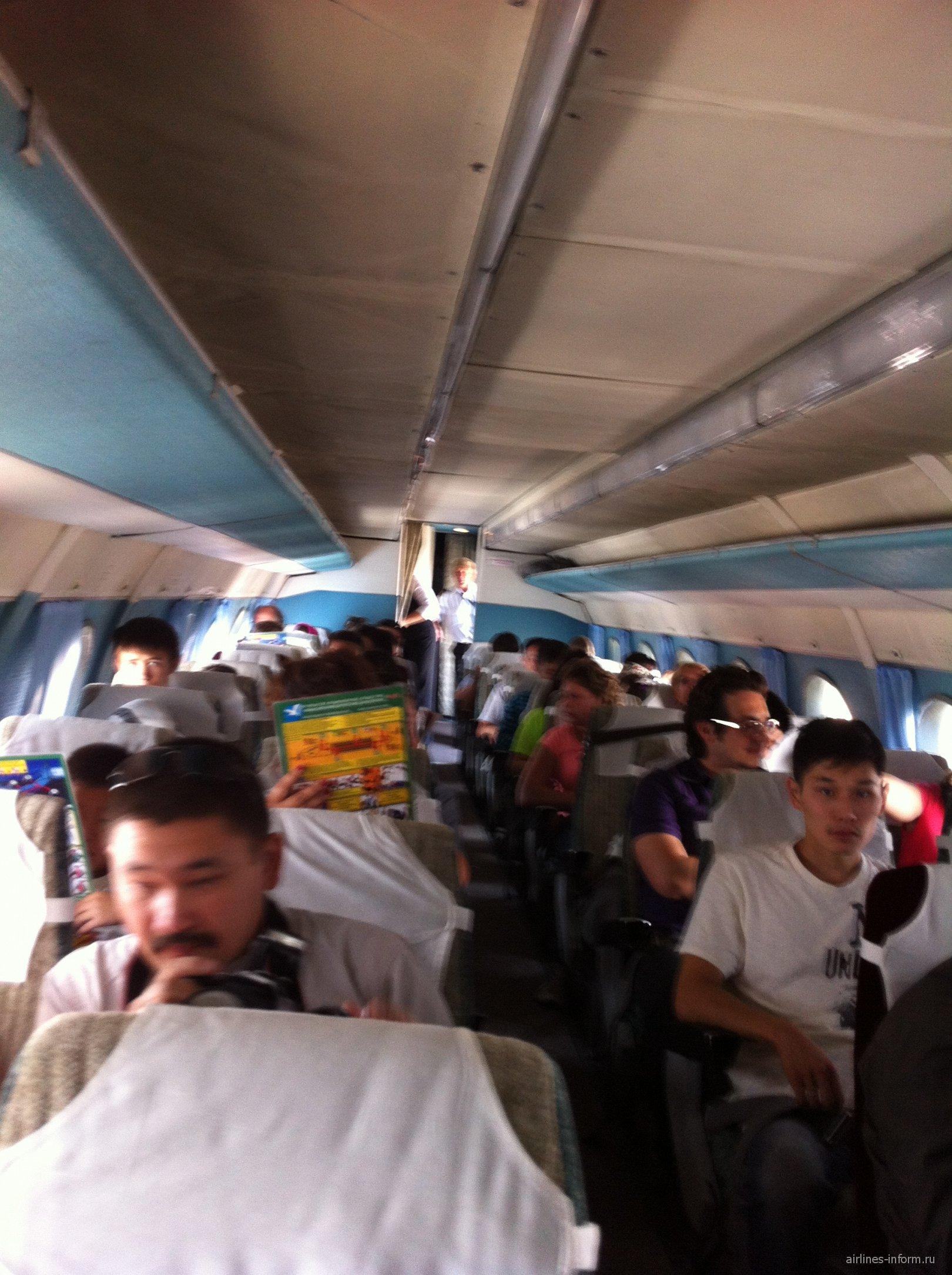 Салон самолета Ан-24 Бурятских авиалиний