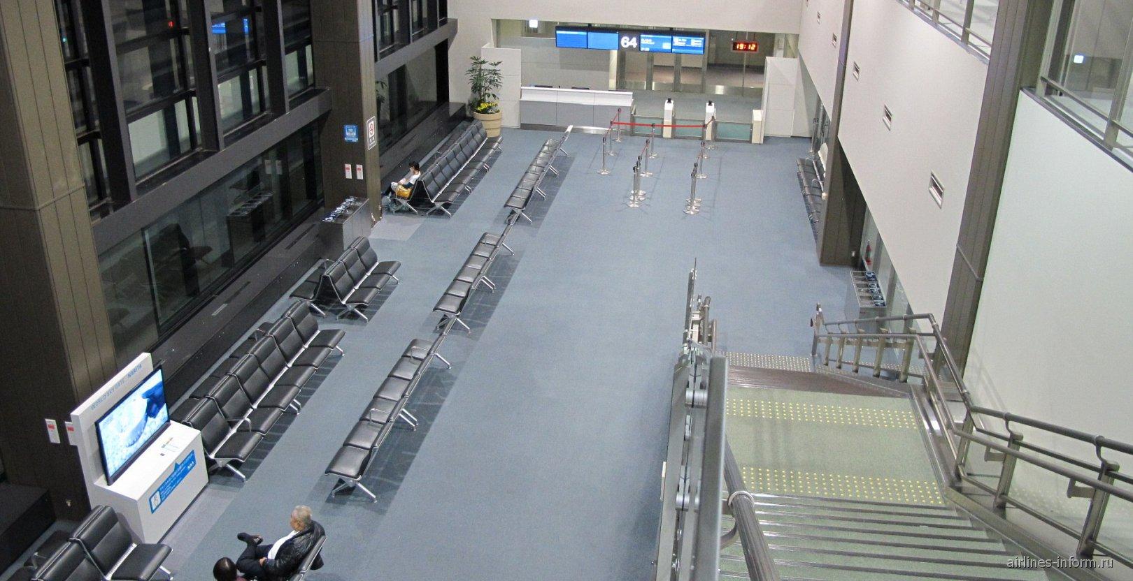 Зал ожидания у выхода на посадку в терминале 2 аэропорта Токио Нарита