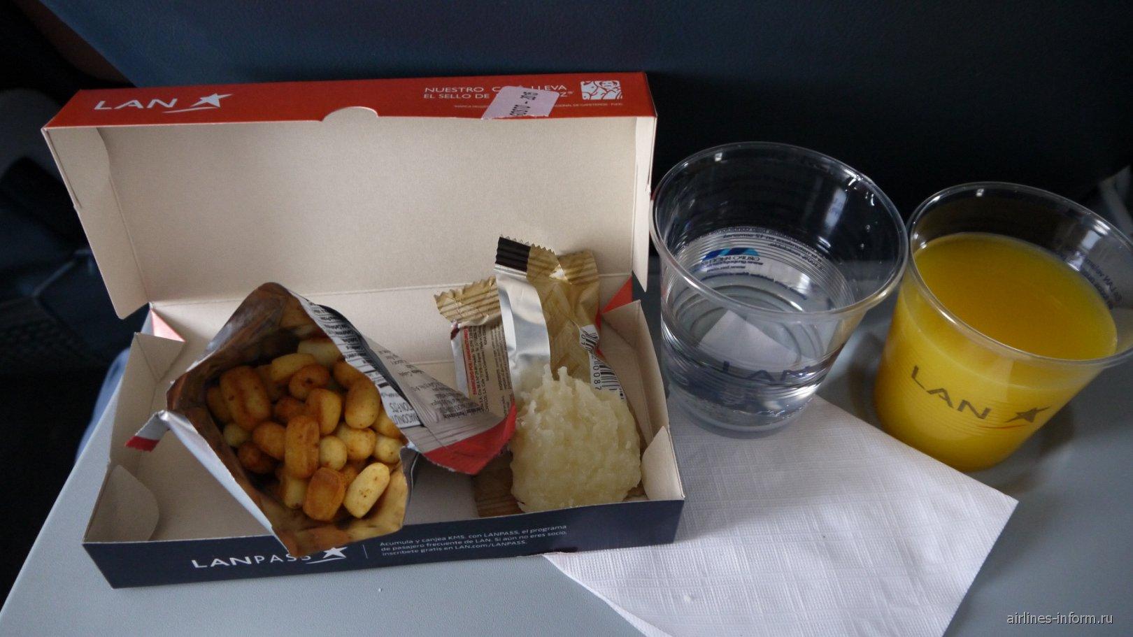 Питание не рейсе Картахена-Богота авиакомпании LAN