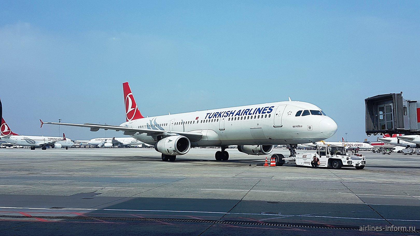 Airbus A321 Турецких авиалиний в аэропорту Стамбул Ататюрк