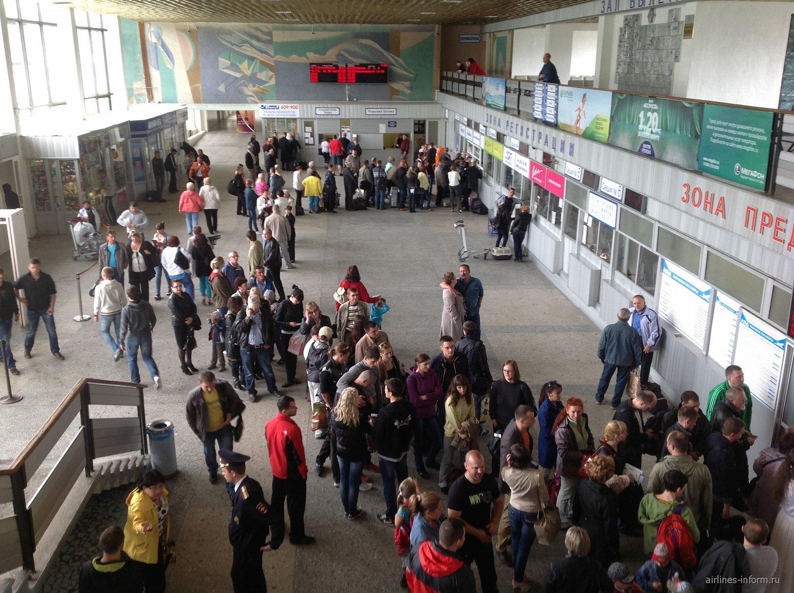 Зал вылета в аэропорту Сокол в Магадане