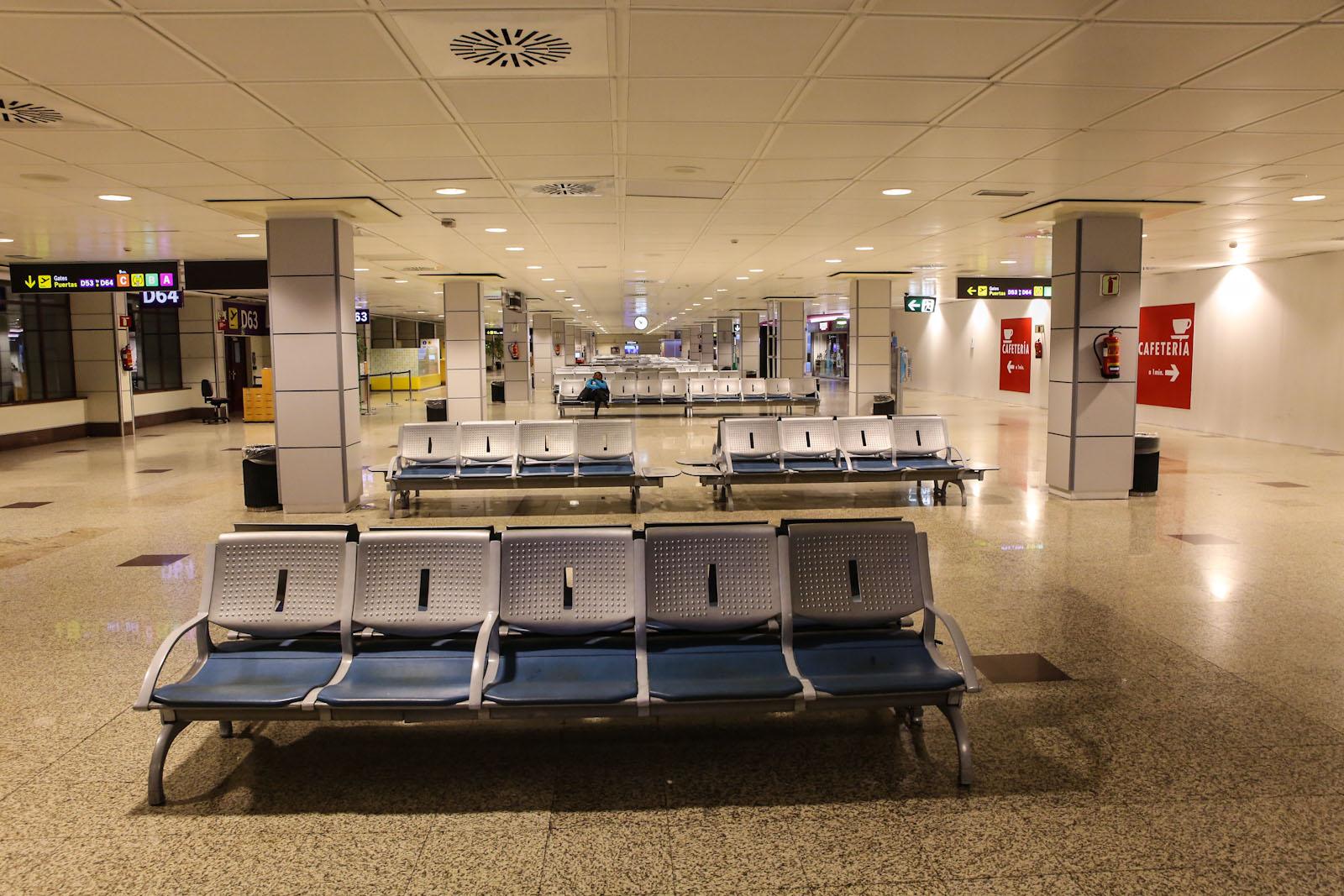 Места ожидания у выходов на посадку в терминале Т2 аэропорта Мадрид Барахас