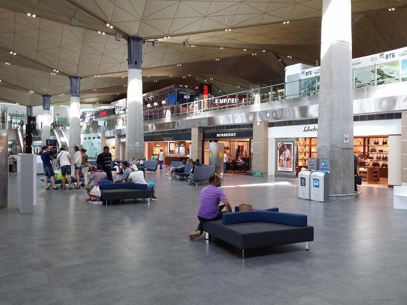Зал ожидания в чистой зоне аэропорта Санкт-Петербург Пулково