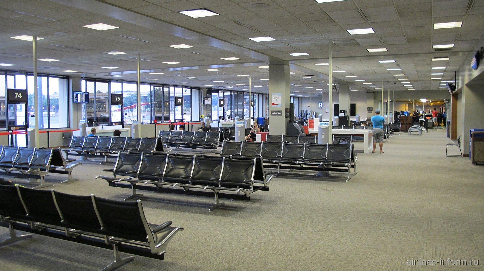 Зал ожидания в чистой зоне аэропорта Гонолулу